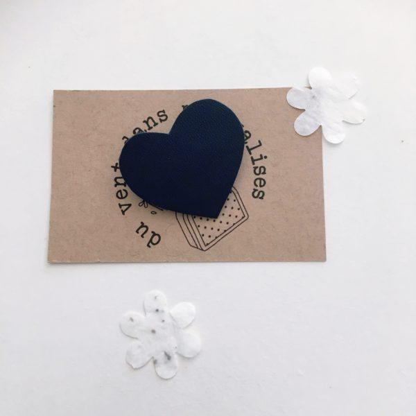 broche coeur bleu foncé