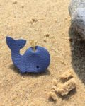 broche cuir upcycled petite baleine bleue made in France - du vent dans mes valises