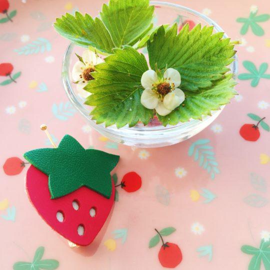 broche adorable fraise à croquer rouge et vert made in france - du vent dans mes valises