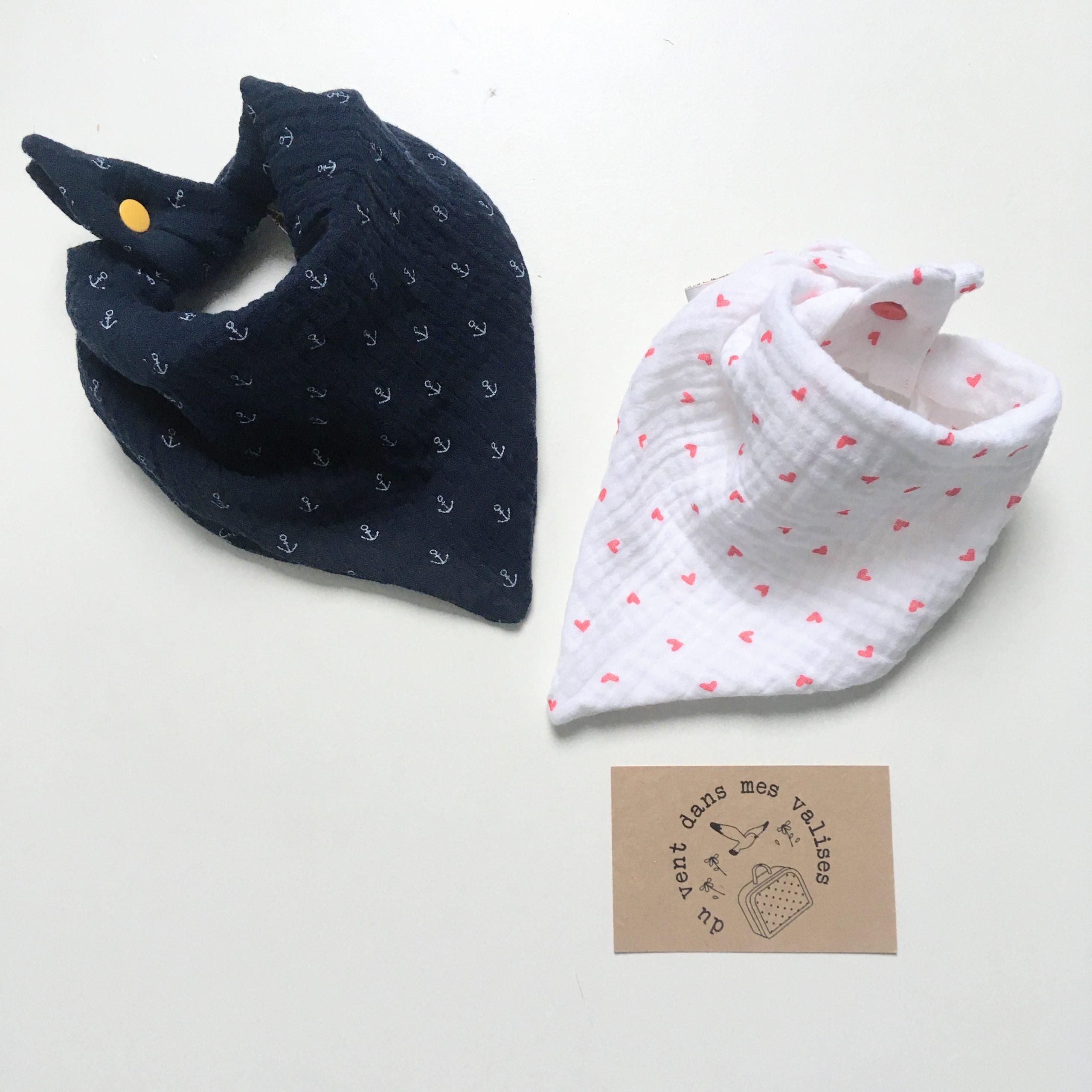 du vent dans mes valises - bavoir foulard bandana double gaze petits coeurs made in France