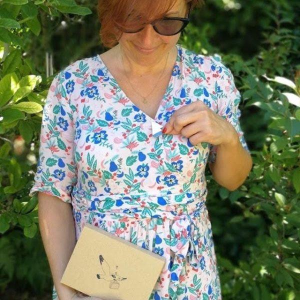 @il_fee_beau - carte bijou postale les voiles du vent dans mes valises broche voilier upcycled en cuir et poésie made in France