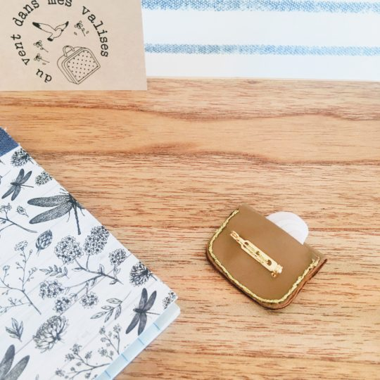 du vent dans mes valises - l'adorable cartable broche en cuir upcycled médaillon made in France