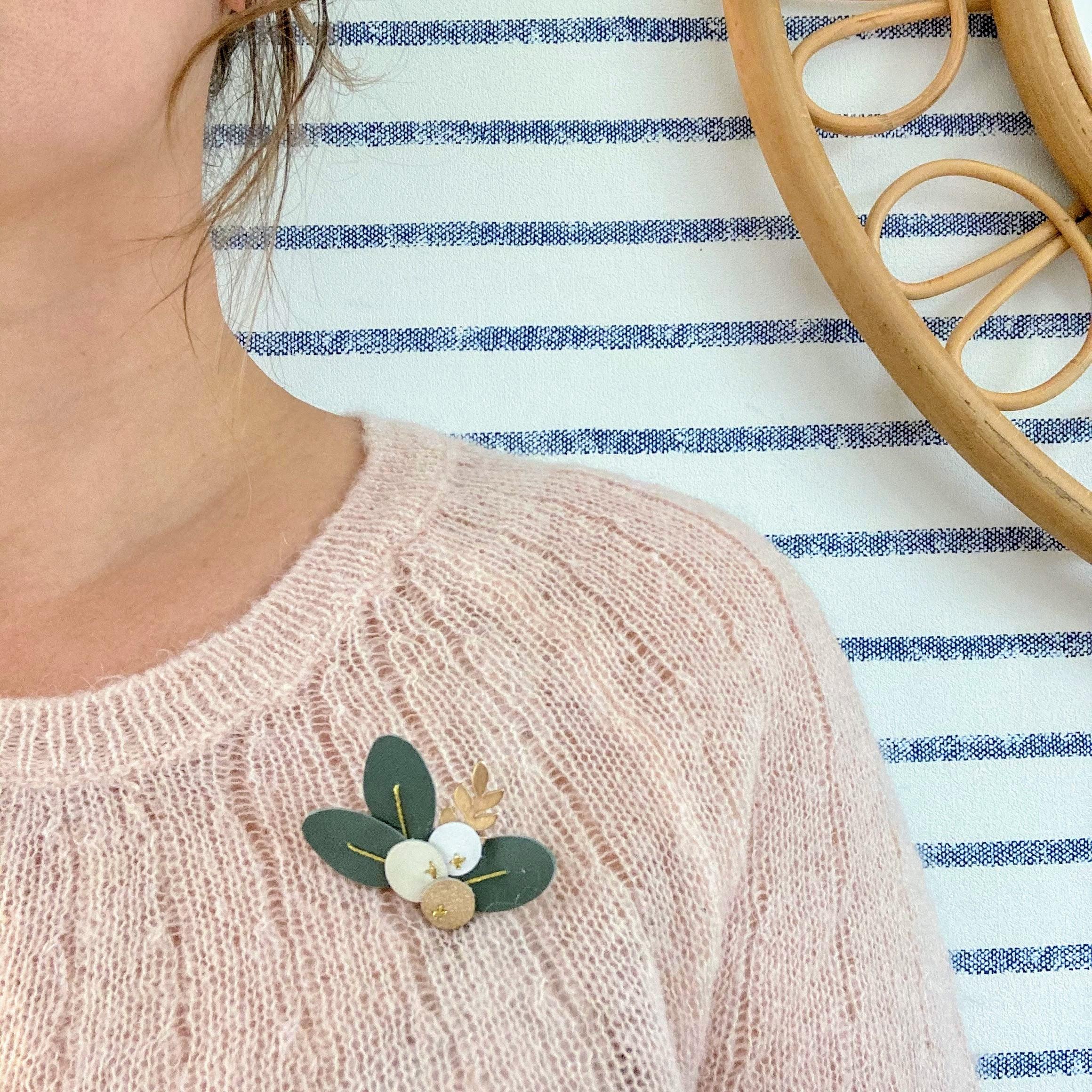 Broche en cuir poétique et durable, baies et feuilles eucalypus broderie fil métallisé doré - du vent dans mes valises