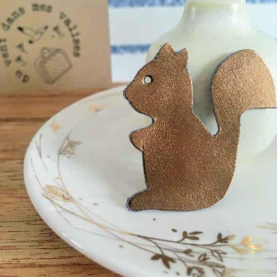 broche en cuir petit écureuil durabe et upcycled made in France - du vent dans mes valises