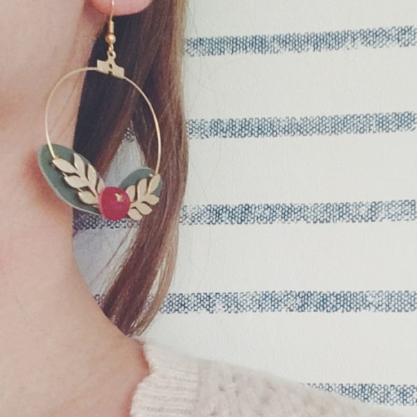 boucles d'oreilles créoles baies rouges bordeaux et feuilles en cuir upcycled brodé main, bijoux poétiques made in France - du vent dans mes valises