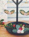 boucles-doreilles-cuir-brodées-main-créoles-dorées-bijoux-poétiques-made-in-France-couronne-de-feuilles-et-de-baies-cuir-upcycled-automne-hiver-du-vent-dans-mes-valises