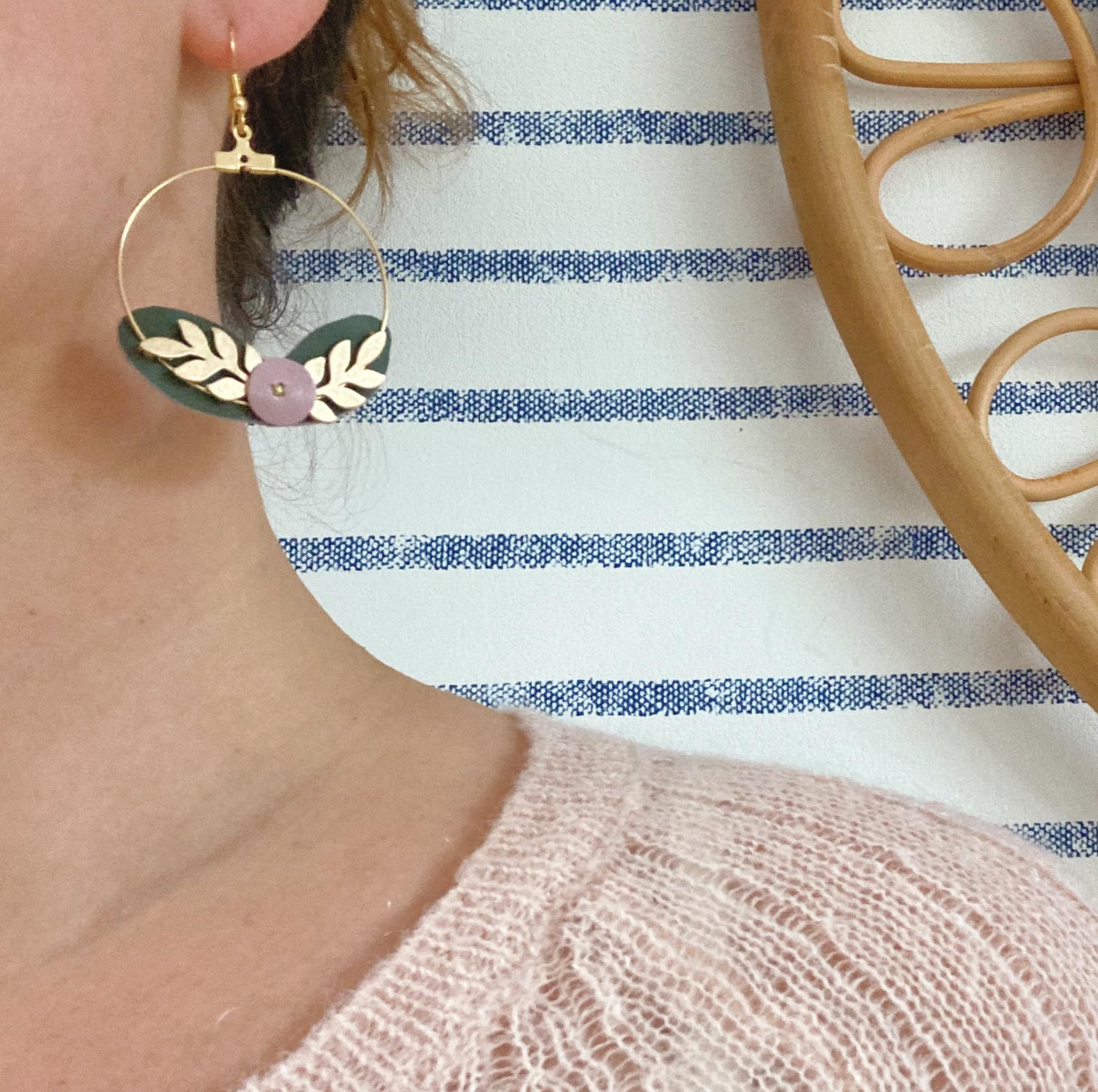 paire boucles d'oreilles baies bordeaux bijoux poétiques créoles dorées made in France couronne de feuilles et de baies cuir upcycled automne hiver