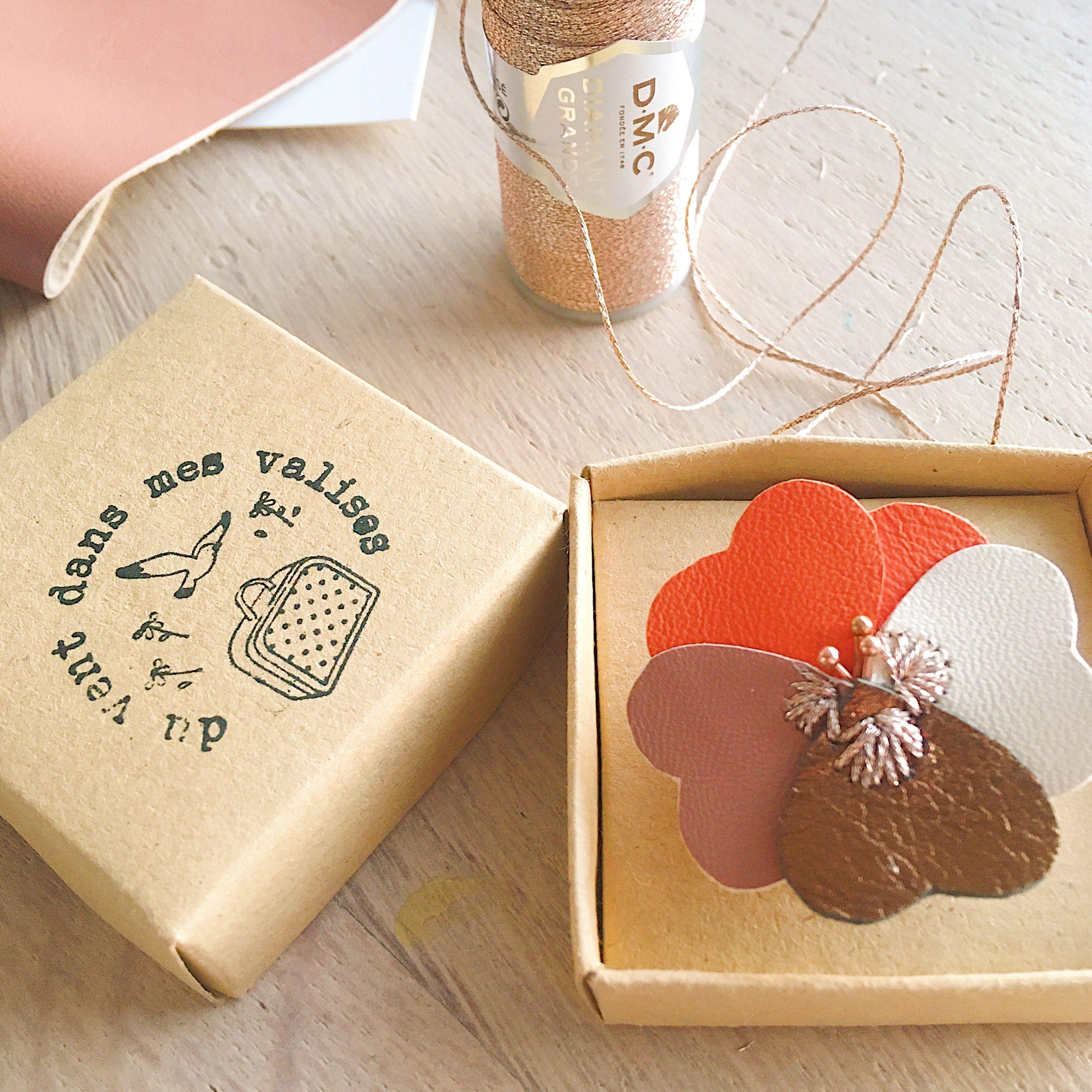 la tendre pensée, fleur française durable broche en cuir upcycled personnalisable - du vent dans mes valises