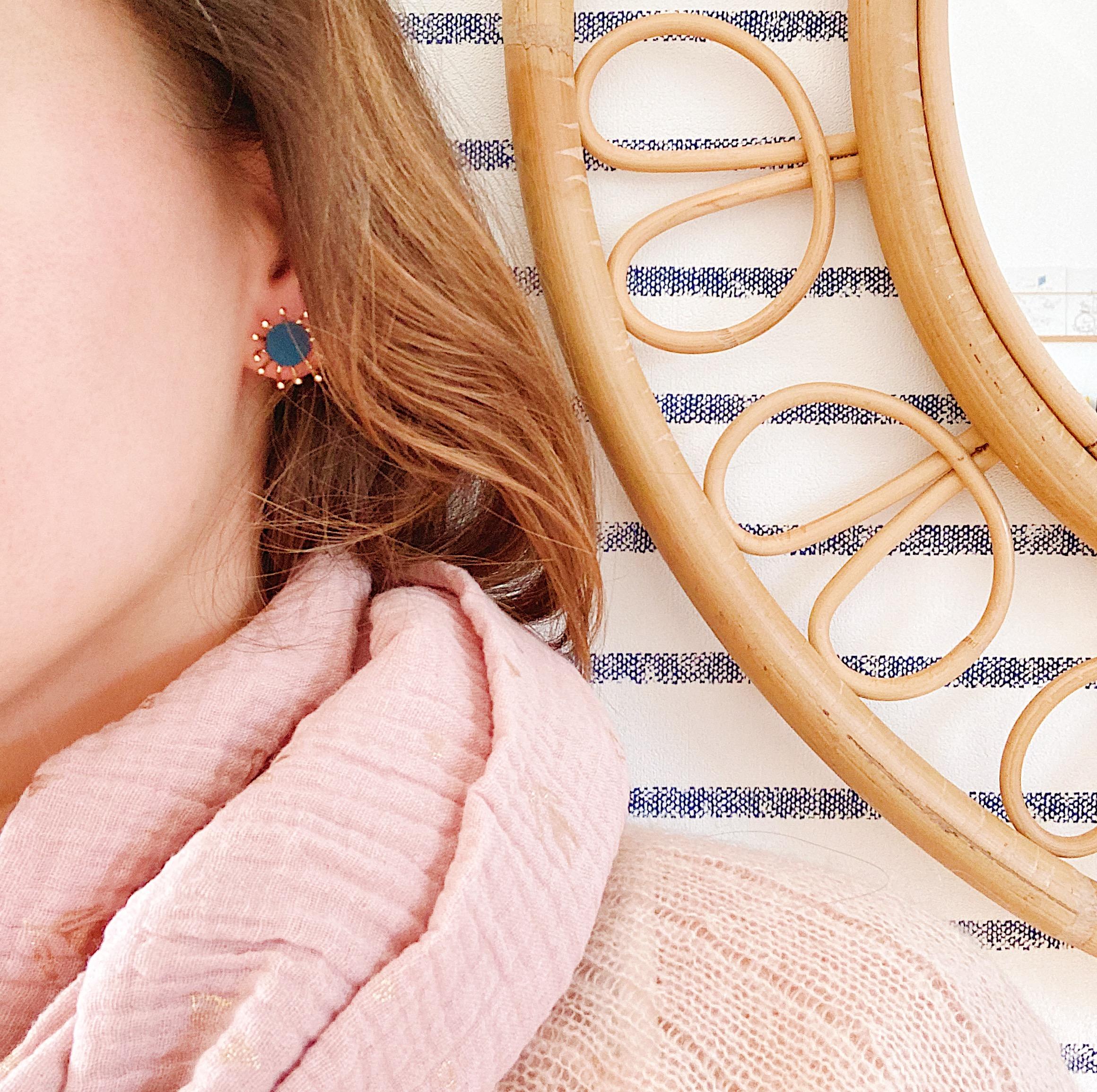 puces d'oreilles cuir bijoux poétiques fleurs du vent d'hiver bleu paon - du vent dans mes valises