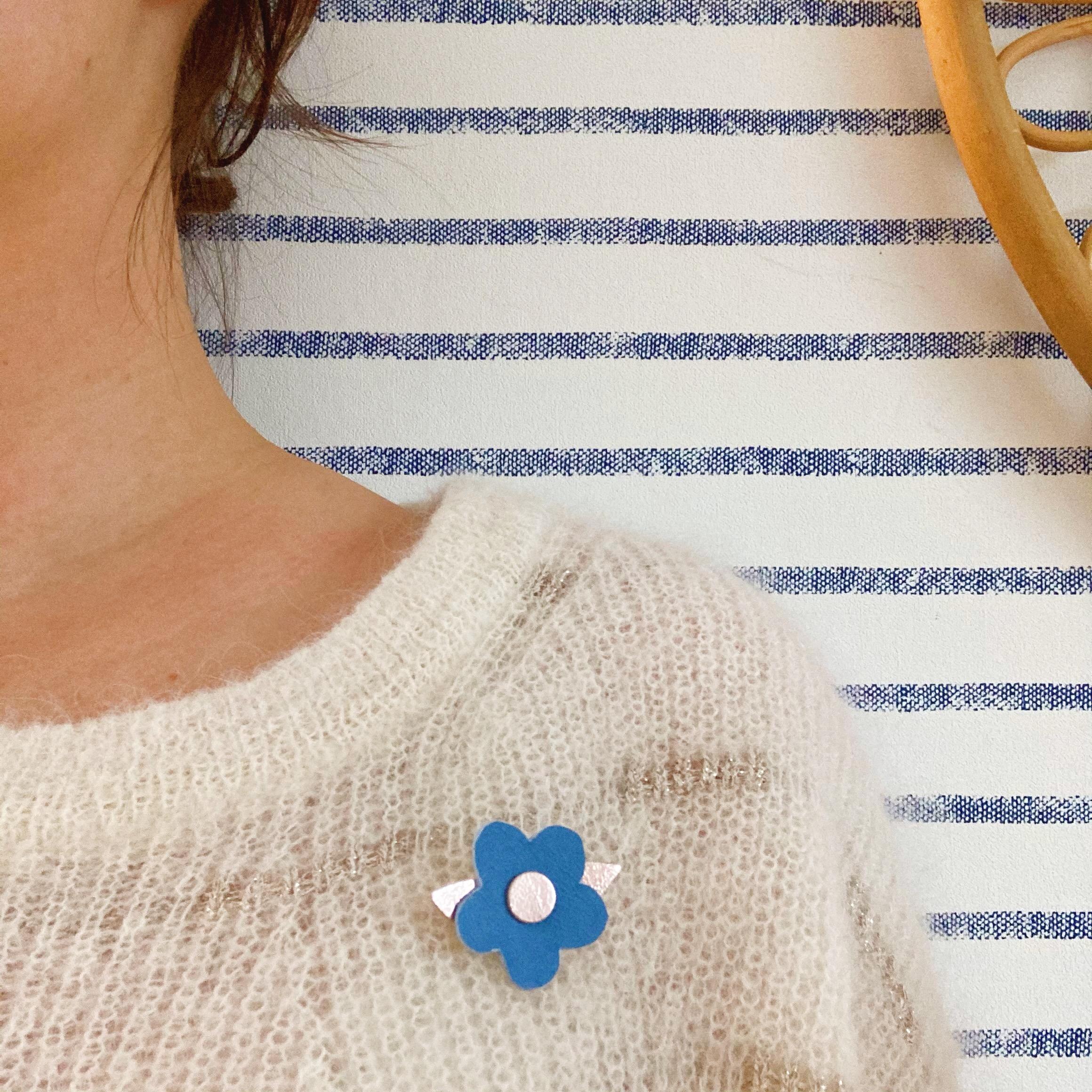 broche bijou fleur bleu hortensia en cuir made in france - du vent dans mes valises