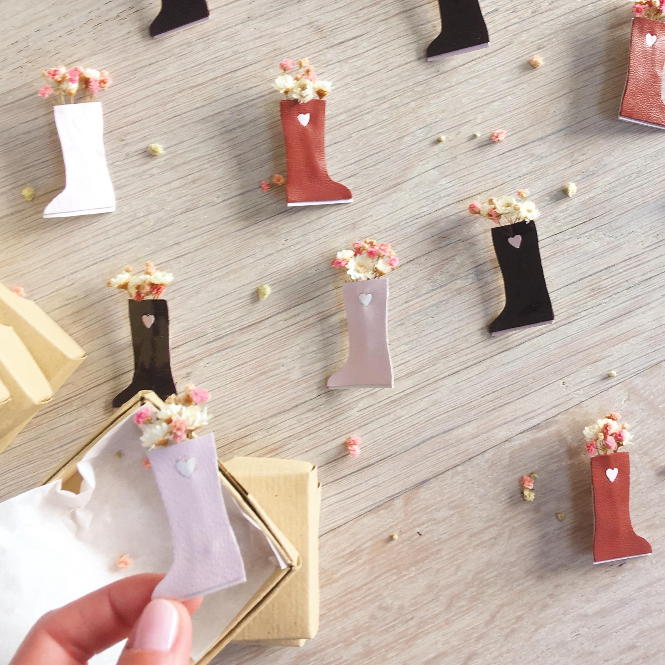broche botte de pluie en cuir découpée main avec fleurs séchées fabrication artisanale française de bijou poétique - du vent dans mes valises