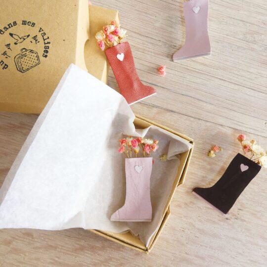 broche florale bottes de pluie et de fleurs séchées en cuir bijou créateur confection artisanale française - du vent dans mes valises