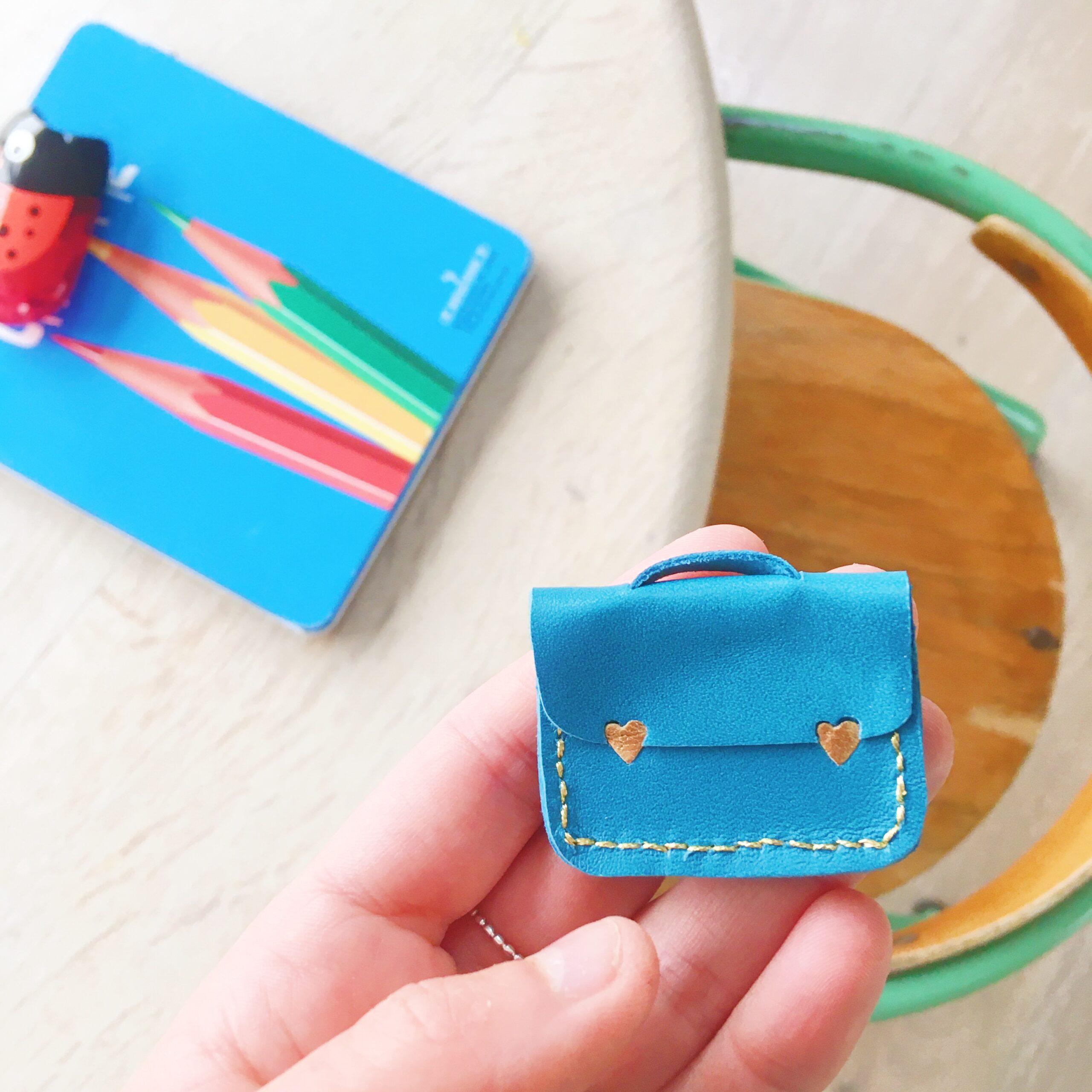 l'adorable broche cartable fait-main en France, modèle personnalisé - du vent dans mes valises