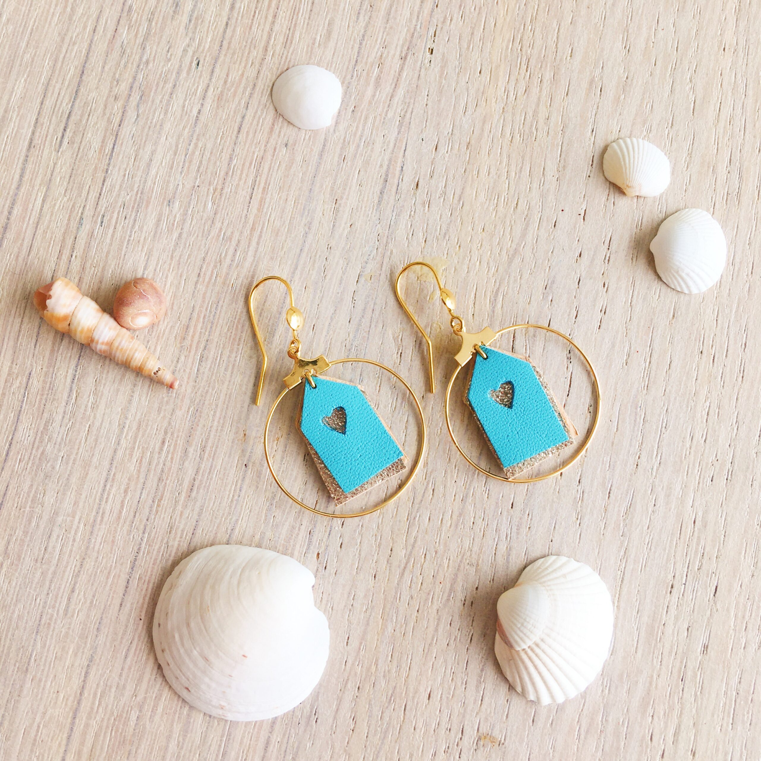 Boucles bijoux d'oreilles les petites maisons de plage en cuir made in France bleu turquoise et doré scintillant - du vent dans mes valises