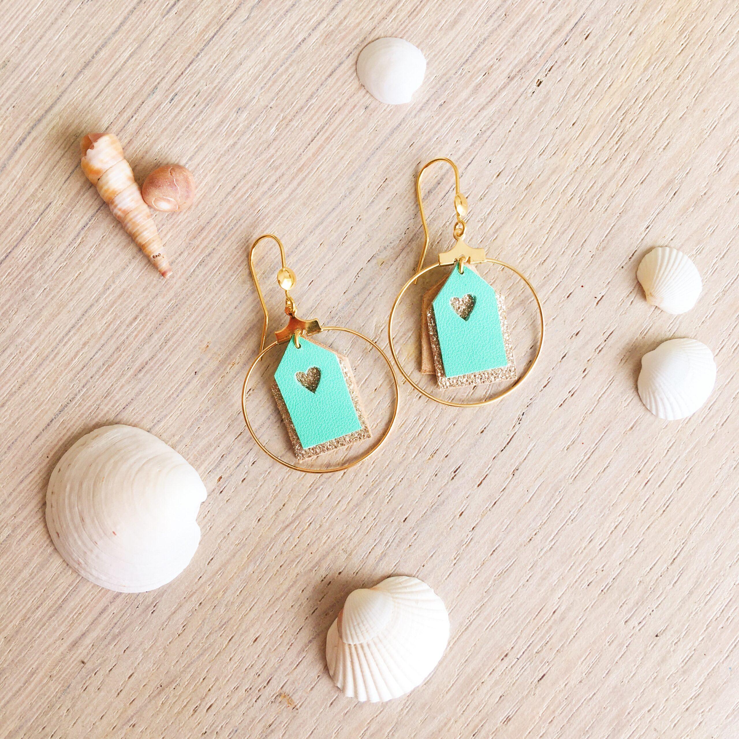 Boucles bijoux d'oreilles les petites maisons de plage en cuir made in France vertes et doré pailleté - du vent dans mes valises