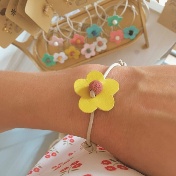 bracelet-en-cuir-et-coton-cire-made-in-france-fleur-delicate-et-pierre-naturelle-du-vent-dans-mes-valises