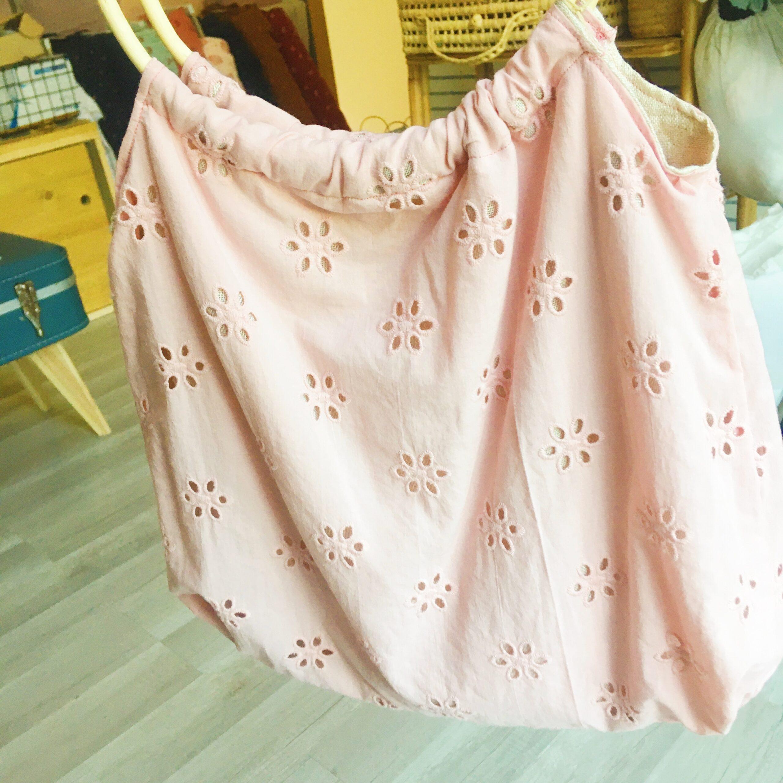 sac Paulette en broderie anglaise fabrication artisanale française en coton avec anses rondes cercles de rotin - du vent dans mes valises