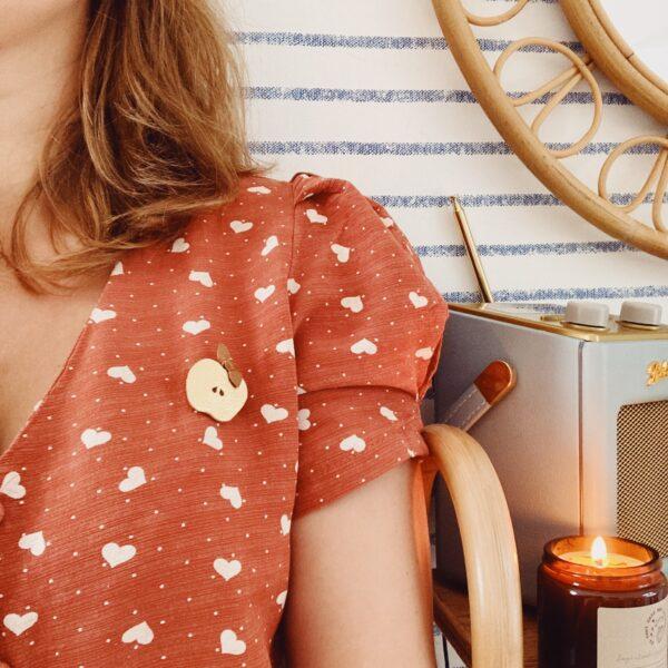 broche-bijou-en-cuir-la-pomme-damour-doree-fabrication-artisanale-francaise-du-vent-dans-mes-valises