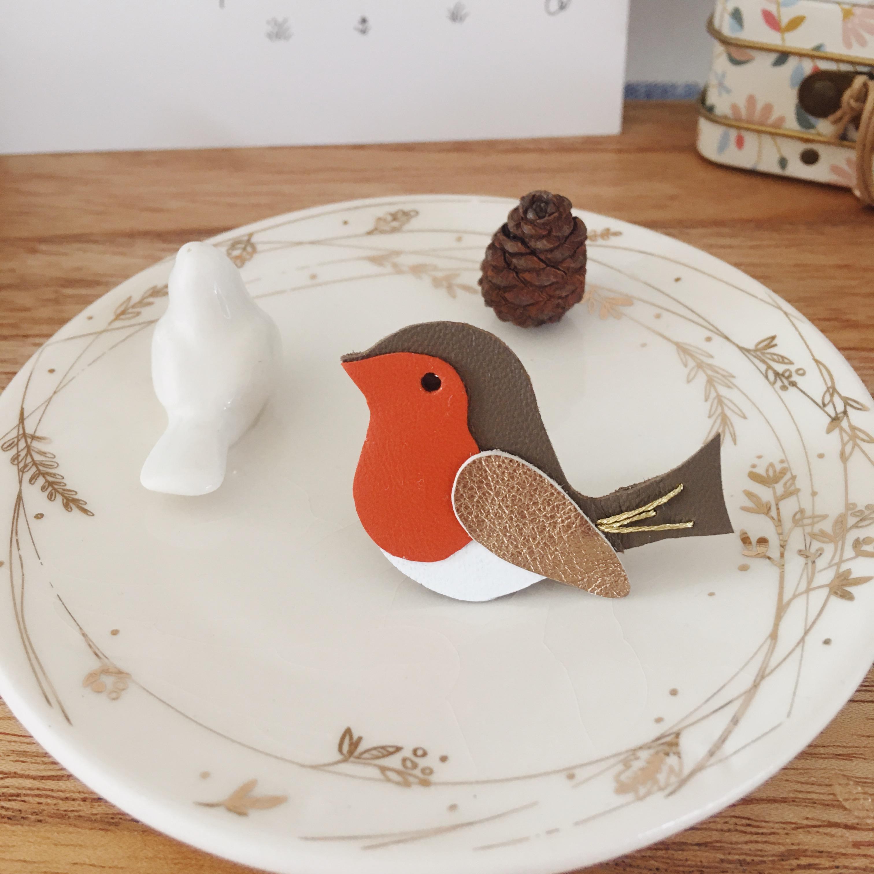 broche-oiseau-en-cuir-brodee-main-bijou-createur-poetique-fabrication-artisanale-francaise-du-vent-dans-mes-valises