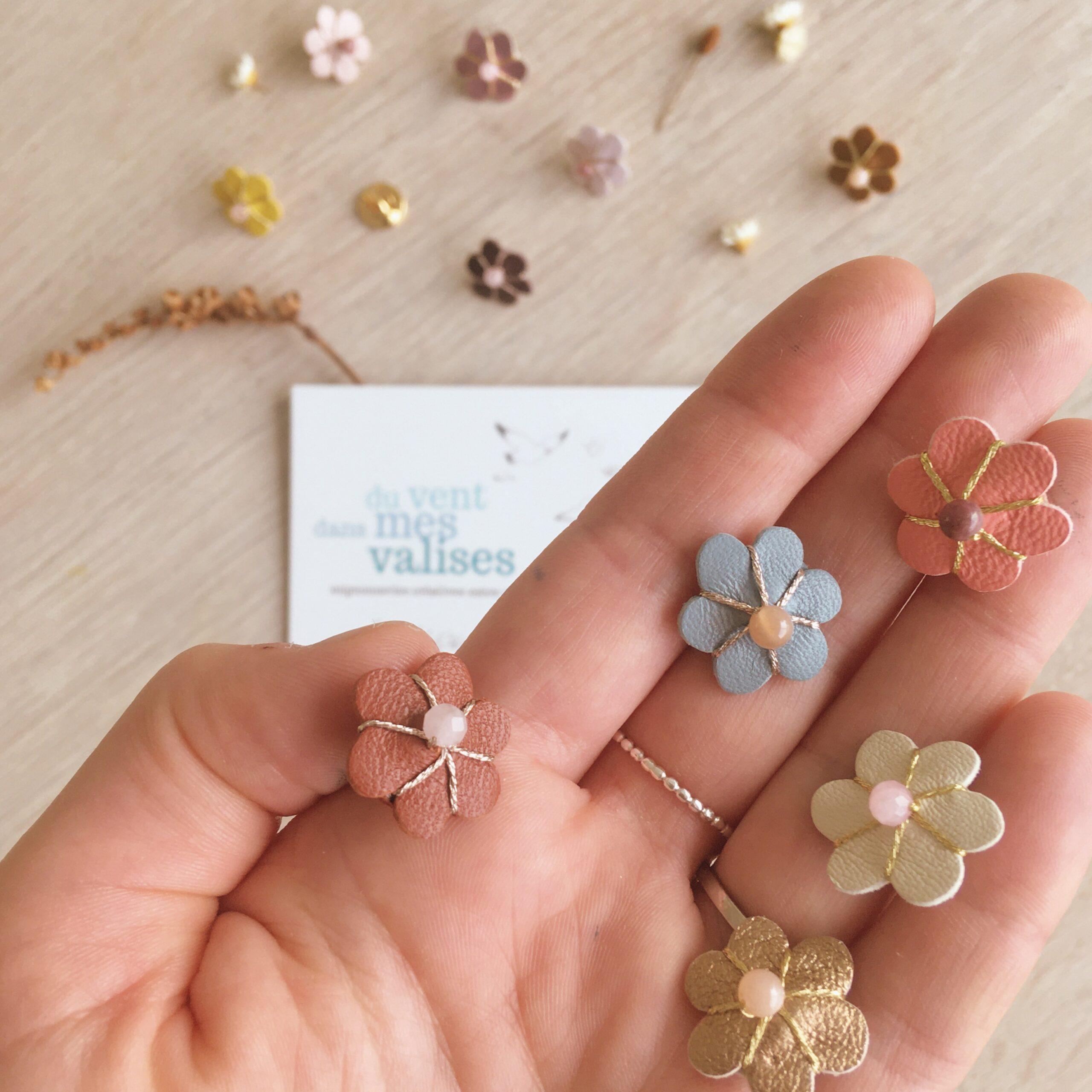 pins-femme-fleur-en-cuir-brodee-main-en-France-avec-perle-gemme-naturelle-du-vent-dans-mes-valises