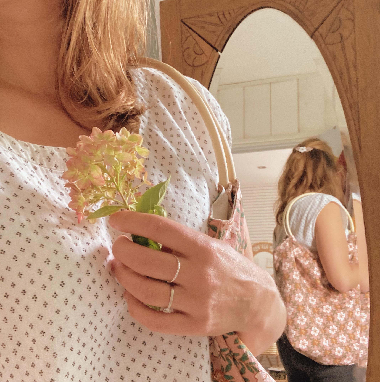 sac-Paulette-grand-modele-porte-epaule-avec-anses-rondes-en-rotin-fabrication-artisanale-francaise-en-coton-bio-et-serge-vieux-rose-floral-du-vent-dans-mes-valises