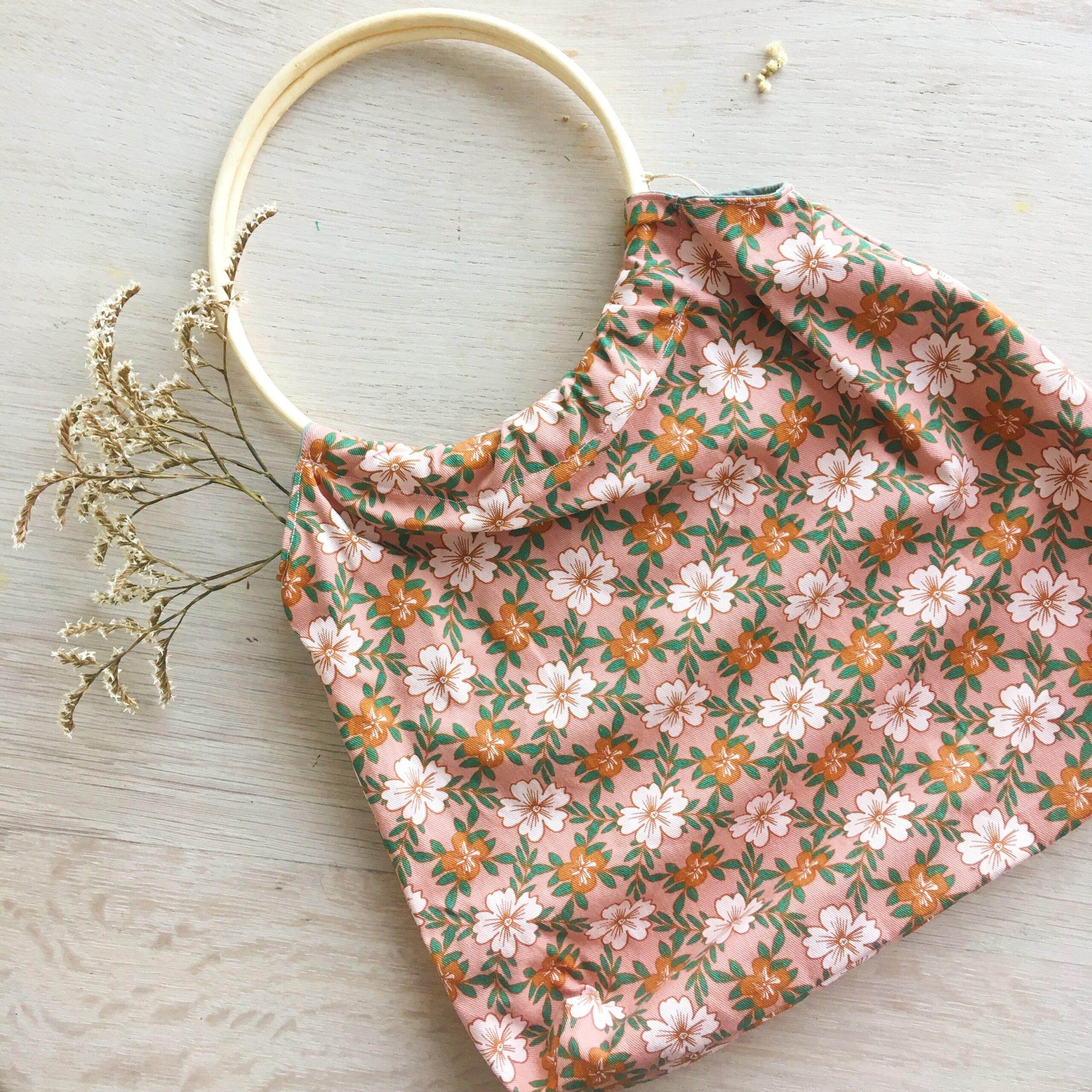 sac Paulette modèle vieux rose vert eucalyptus et orangé avec anses rondes en osier rotin et coloris automne hiver confection artisanale française en coton fleuri - du vent dans mes valises