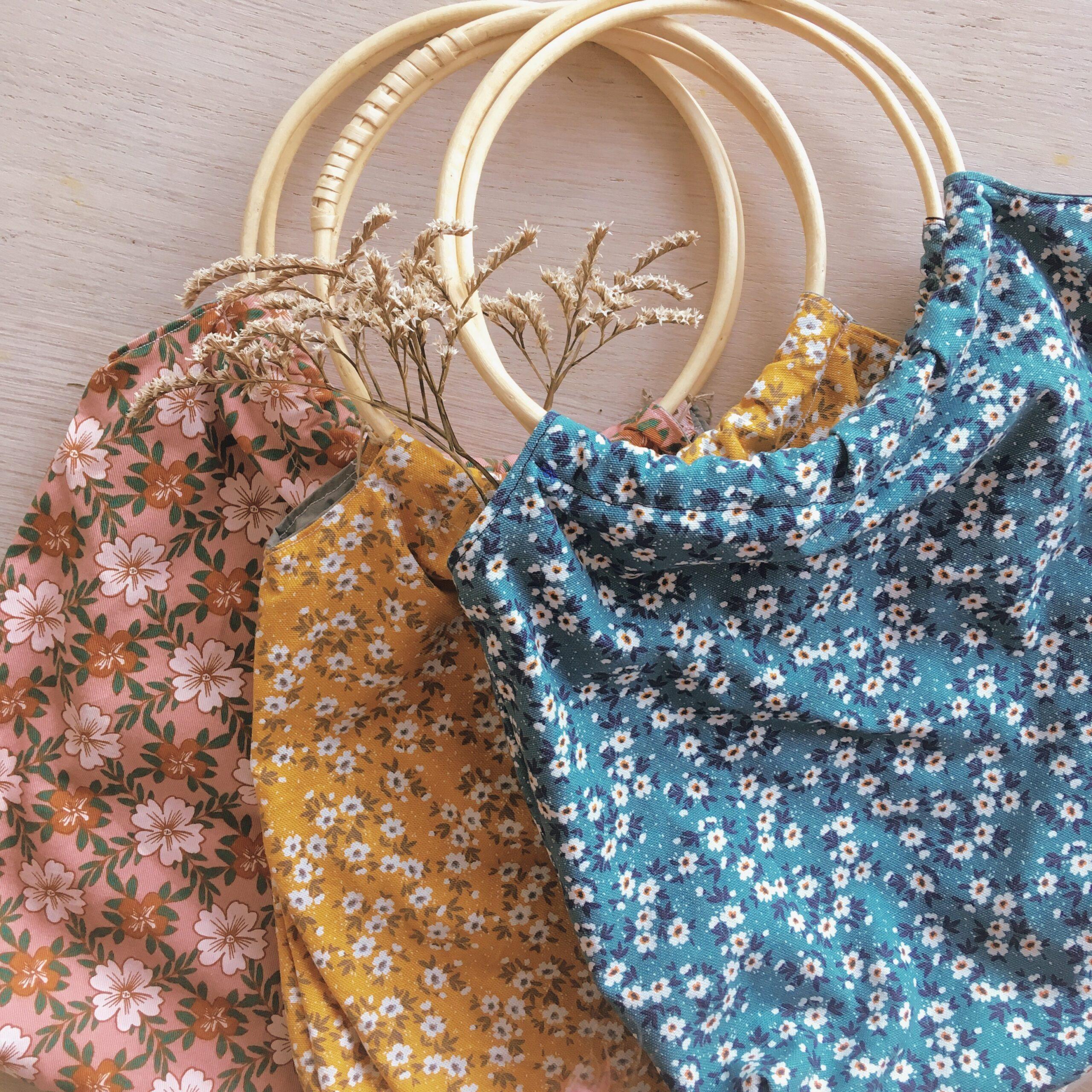 sac-en-tissu-avec-anses-rondes-en-rotin-fabrication-artisanale-francaise-en-coton-epais-imprime-fleuri-du-vent-dans-mes-valises