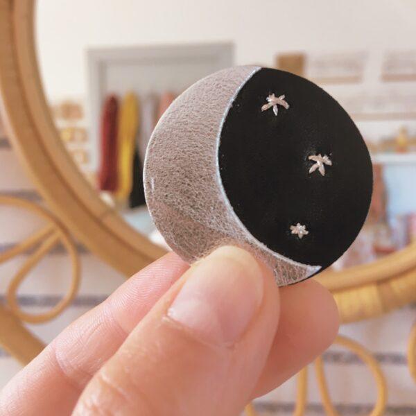 broche céleste brodée main croissant de lune et étoiles bijou en cuir mystique fabrication artisanale française - du vent dans mes valises