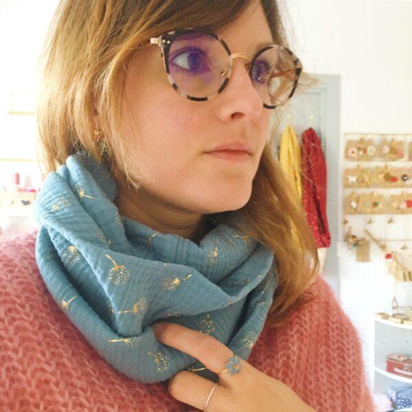 col écharpe femme snood double tour doux tissu fluide en gaze de coton confection artisanale française motifs fleurs dorés - du vent dans mes valises