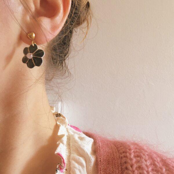 bijoux-doreilles-puce-coeur-dore-or-fin-avec-fleur-en-cuir-brodee-main-et-perle-fine-quartz-rose-made-in-France-du-vent-dans-mes-valises