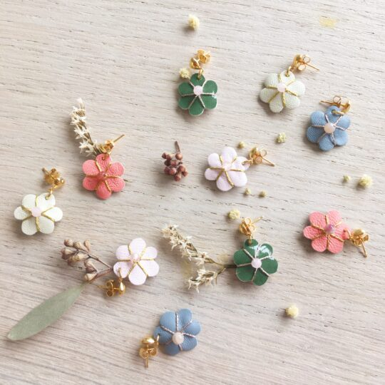 bijoux d'oreilles puces coeur en laiton doré à l'or fin avec fleur en cuir brodée et pierre fine quartz rose ou pierre de lune - du vent dans mes valises