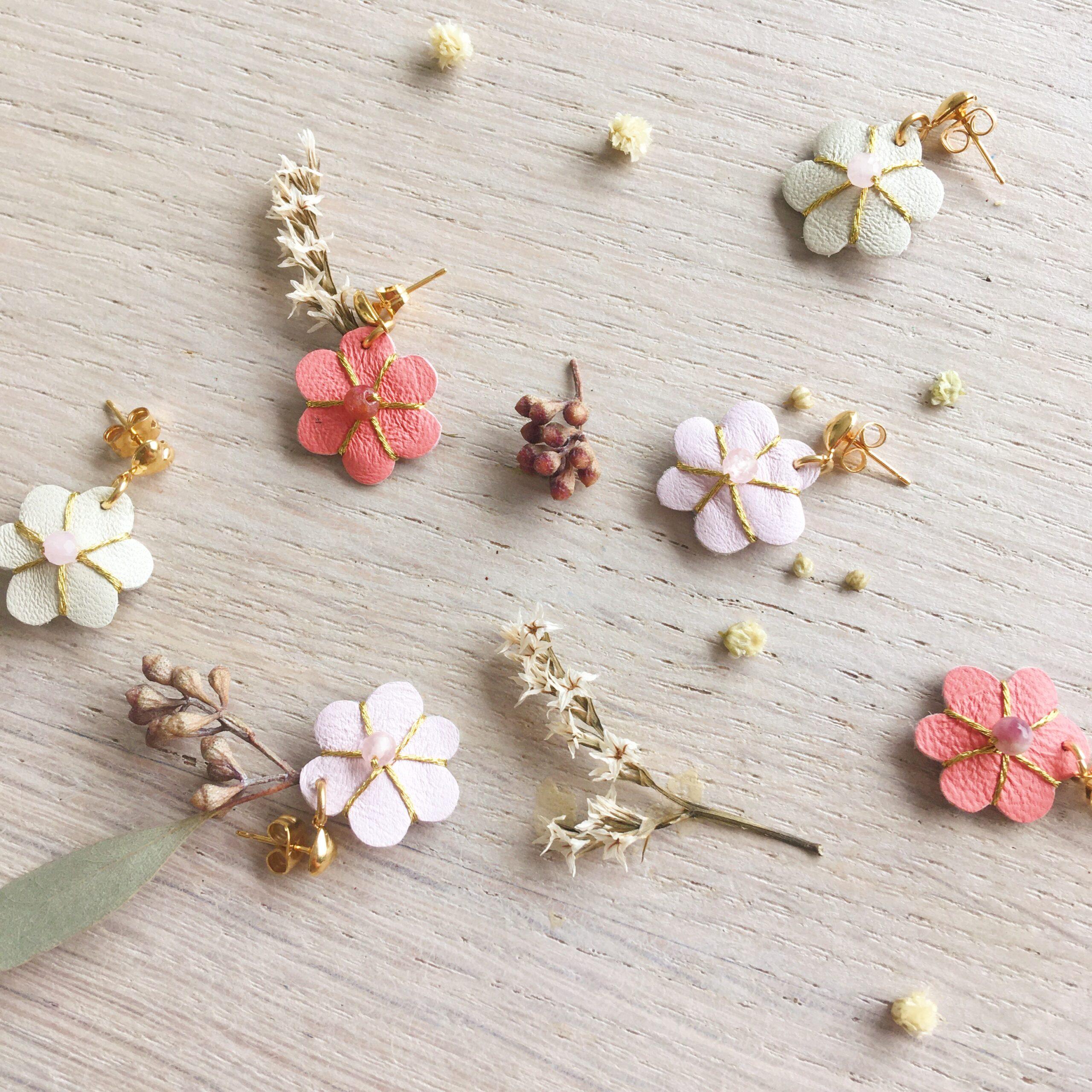 bijoux en cuir fleur de bohème brodées main avec pierres fines puces d'oreilles fleurs élégantes rose, dorées or fin made in France - du vent dans mes valises