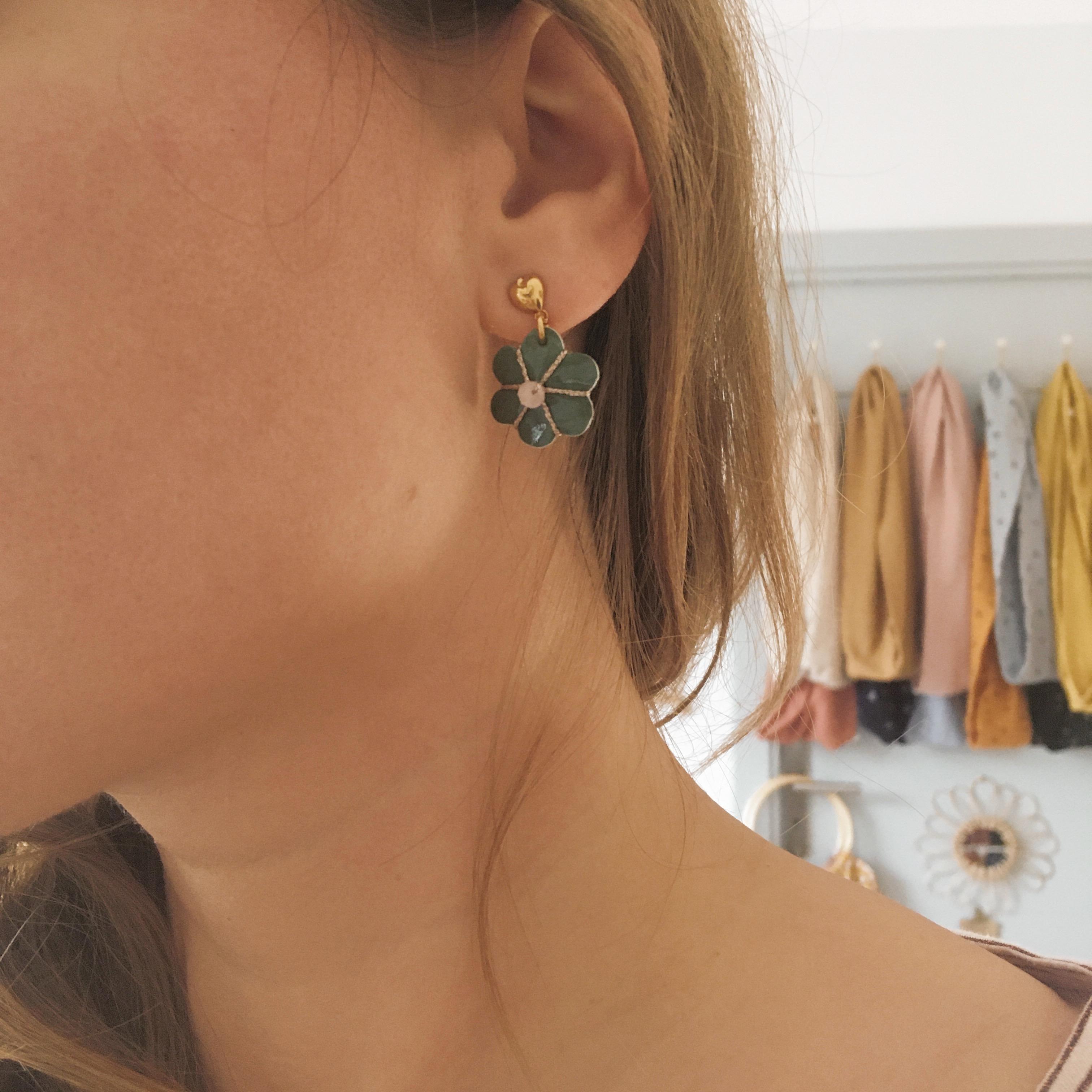 boucles-doreilles-brodees-perles-naturelles-bijoux-en-cuir-pour-femme-made-in-France-fleurs-de-boheme-chic-du-vent-dans-mes-valises