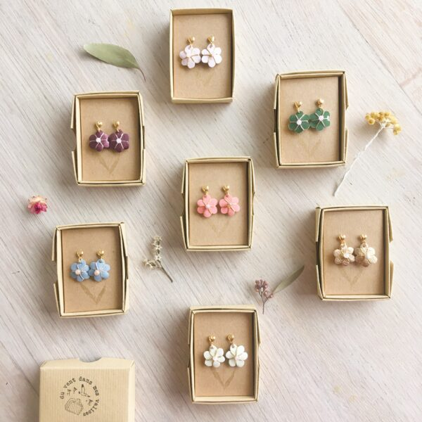 boucles d'oreilles de type puces ou clous d'oreilles dorées à l'or fin 24K et fleurs en cuir brodée main avec pierre fine, bijoux bohème chic fabriqué en France - du vent dans mes valises