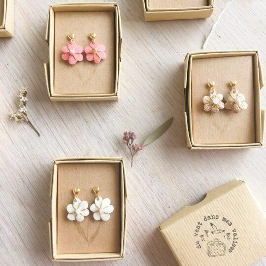 boucles d'oreilles en cuir fleurs brodées main avec perles naturelles et puces dorées à l'or fin made in France - du vent dans mes valises