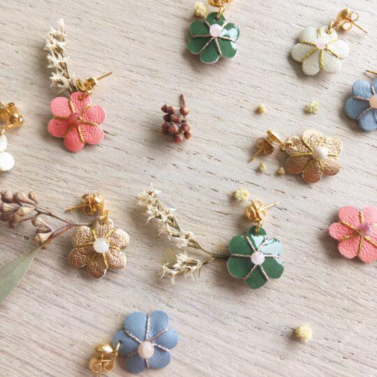 boucles d'oreilles fleuris en cuir découpé et brodé main en France avec perles naturelles fines - du vent dans mes valises