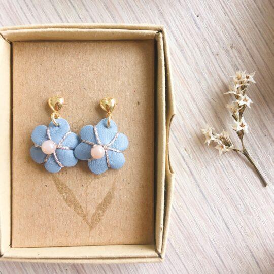 boucles d'oreilles petites puces coeur doré or fin et fleur en cuir brodée main avec pierre de lune fabrication artisanale française - du vent dans mes valises