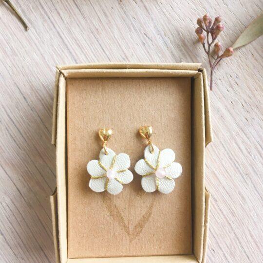 boucles d'oreilles petites puces coeur doré or fin et fleur en cuir brodée main avec quartz rose fabrication artisanale française - du vent dans mes valises