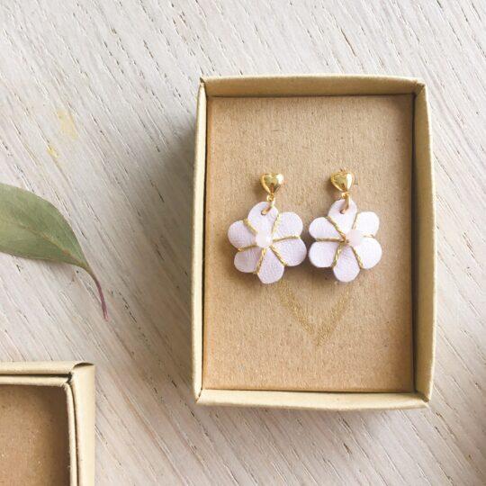 boucles d'oreilles petites puces coeur doré or fin et fleur rose biscuit en cuir brodée main avec quartz rose fabrication artisanale française - du vent dans mes valises