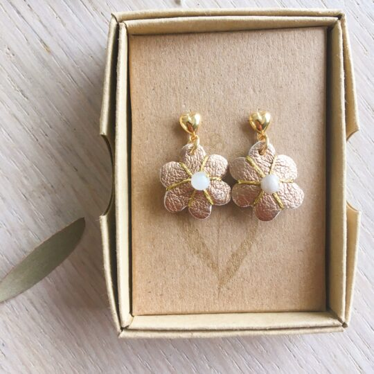 boucles d'oreilles petites puces coeur doré or fin et fleur taupe cuivrée en cuir brodée main avec pierre de lune fabrication artisanale française - du vent dans mes valises
