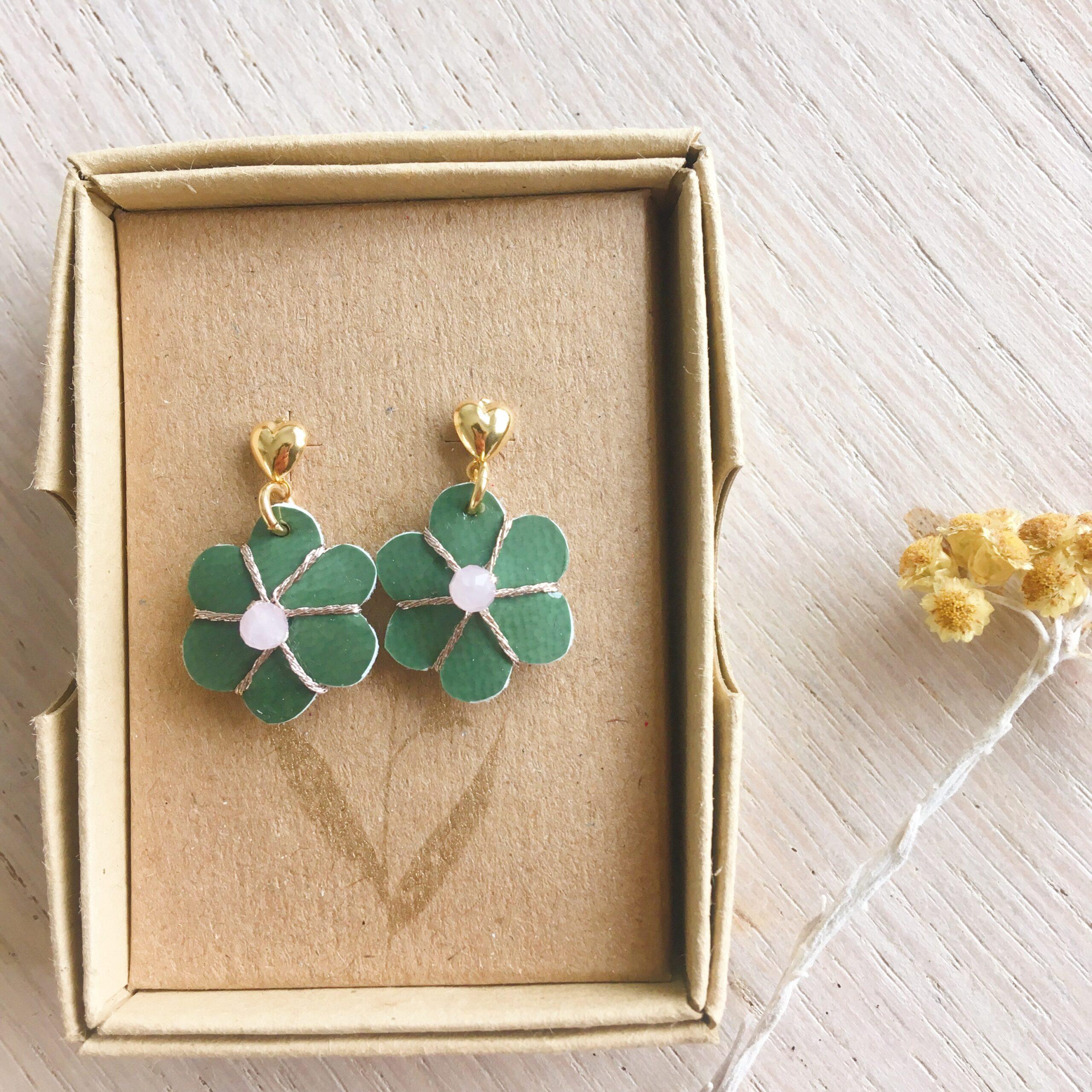 boucles d'oreilles petites puces coeur doré or fin et fleur verte en cuir brodée main avec quartz rose fabrication artisanale française - du vent dans mes valises