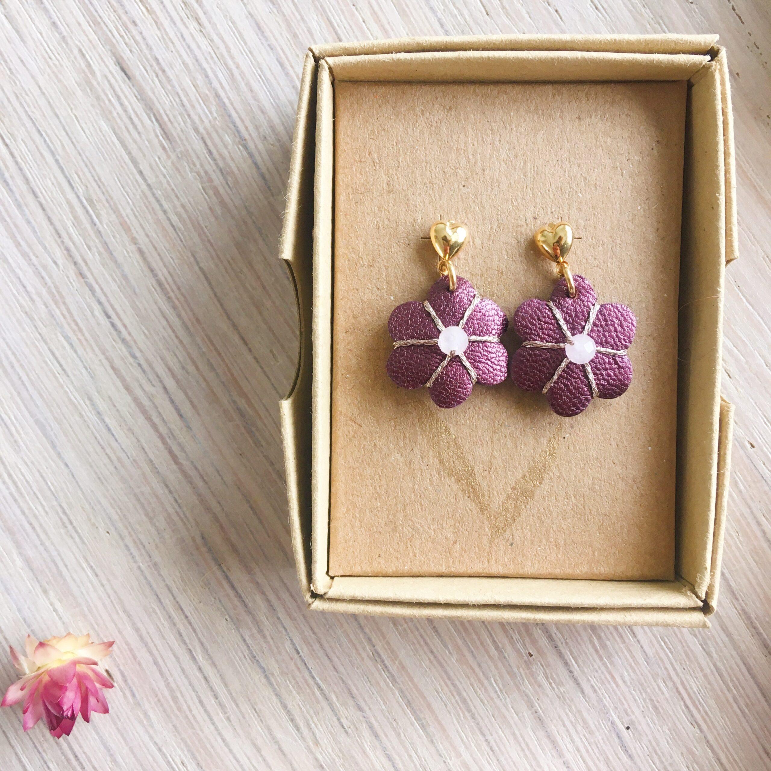 boucles d'oreilles petites puces coeur doré or fin et fleur violette en cuir métallisée brodée main avec quartz rose fabrication artisanale française - du vent dans mes valises