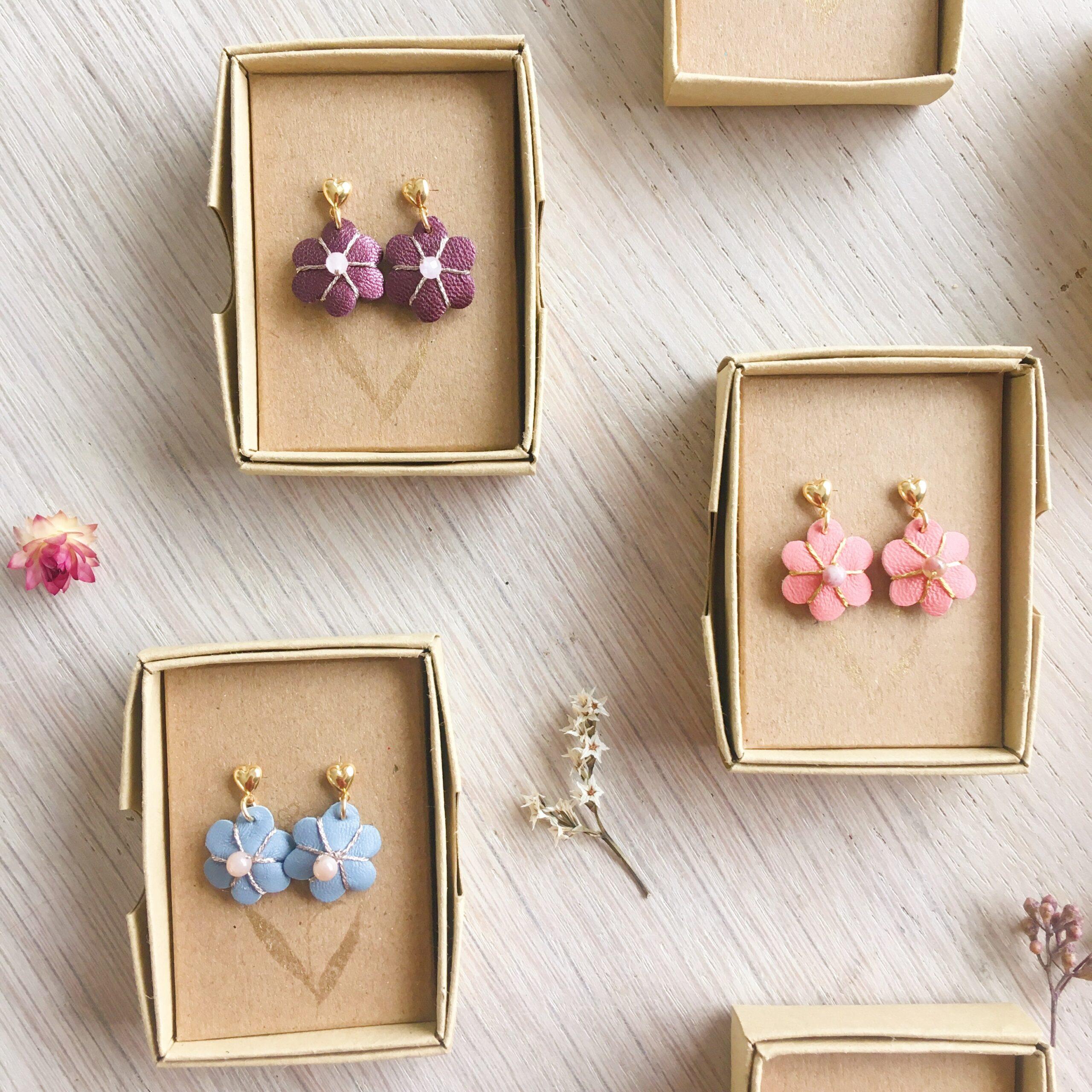 puces d'oreilles coeur doré à l'or fin et fleur en cuir brodée main made in France avec pierre fine - du vent dans mes valises